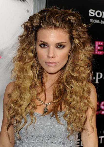 Если у вас густые волнистые волосы, вам подойдут прически средней длины и длинные прически с небольшими длинными...